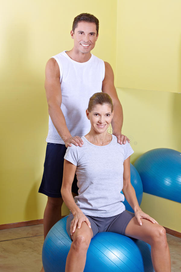 Uomo e donna nel centro di forma fisica immagine stock