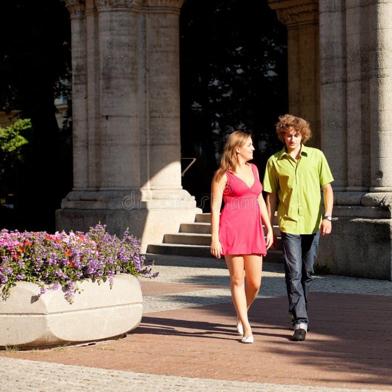 Uomo e donna nella città fotografie stock