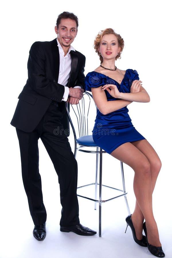 Uomo e donna piacevoli in un vestito nero e blu fotografia stock