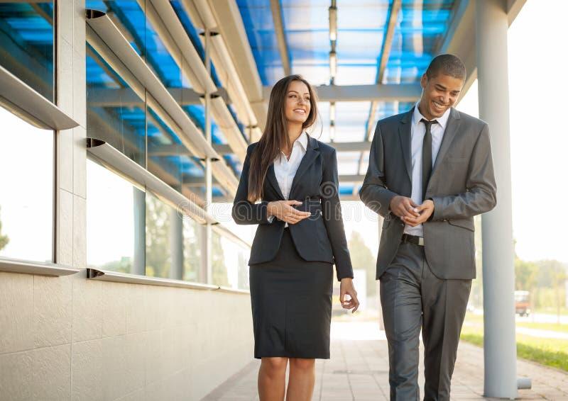 Uomo e donna sorridenti di affari sulla rottura, camminando intorno e sulla conversazione fotografia stock libera da diritti