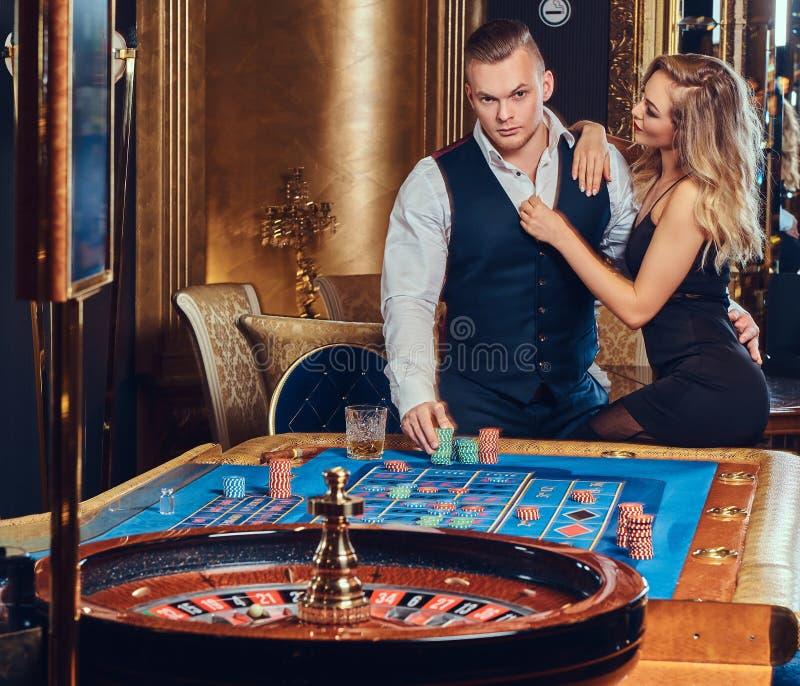 Uomo e donna in un casinò immagini stock