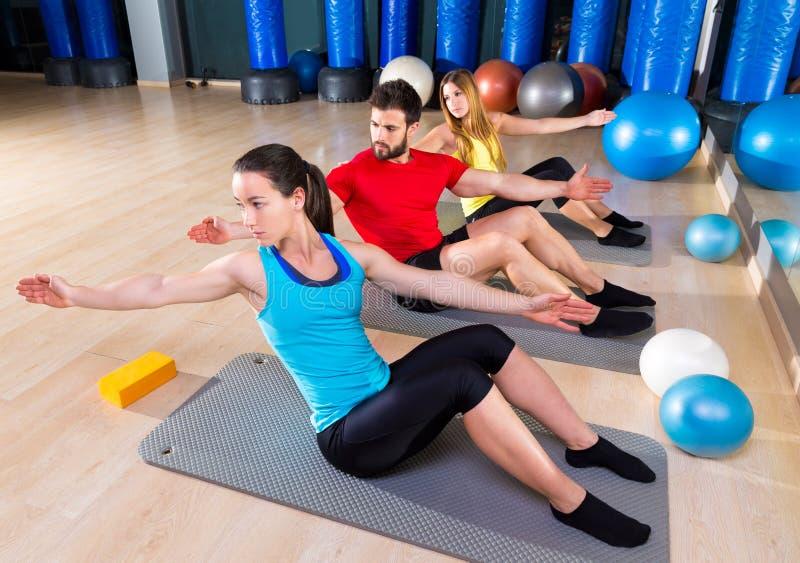 Uomo e donne di esercizio del gruppo della gente di Pilates immagini stock