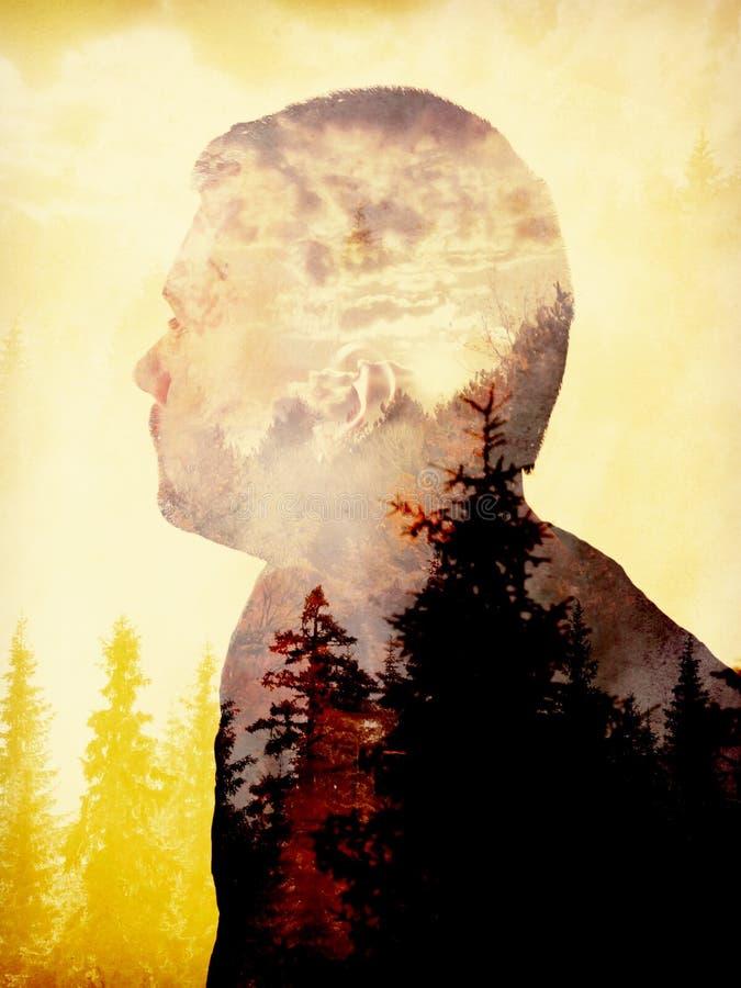Uomo e foresta di doppia esposizione fotografia stock