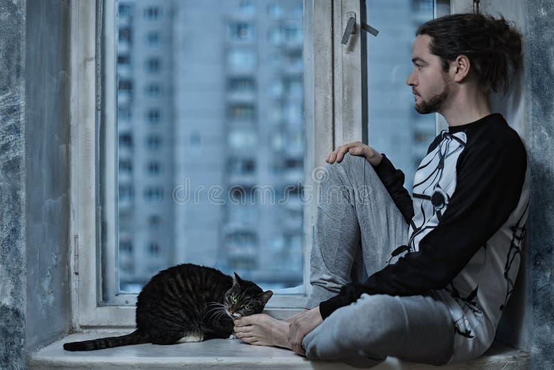 Uomo e gatto che si siedono alla finestra fotografia stock - Finestra che si apre ...