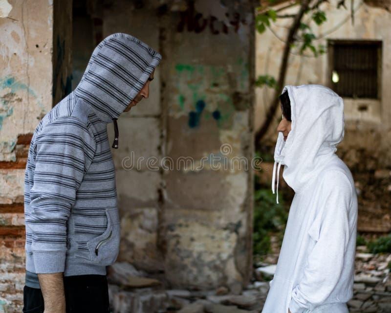 Uomo e giovane ragazzo in una casa abbandonata fotografia stock libera da diritti