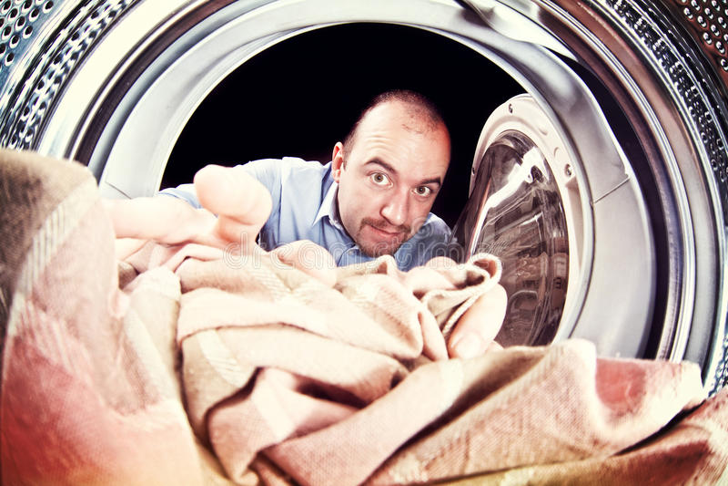 Uomo e lavatrice immagini stock
