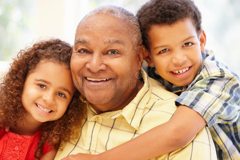 Uomo e nipoti afroamericani senior immagine stock