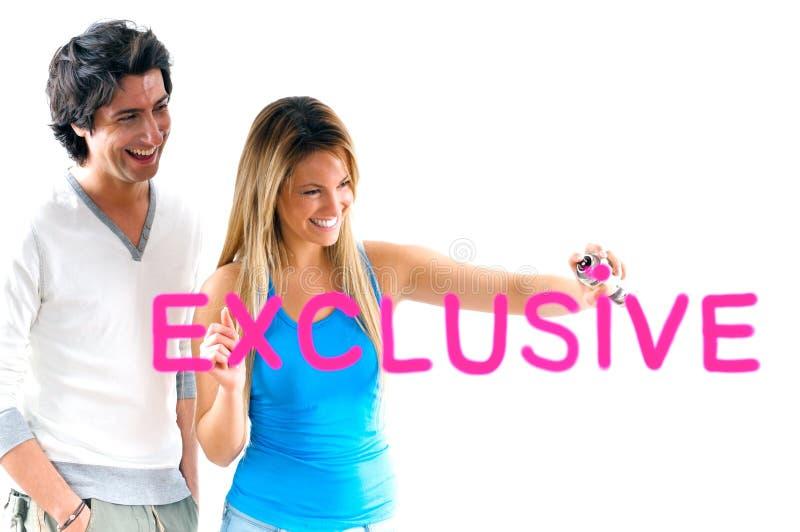 Uomo e ragazza bionda che scrivono i prezzi esclusivi immagini stock libere da diritti