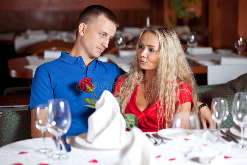 Uomo e ragazza sull'appuntamento di amore al ristorante fotografie stock