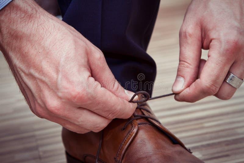 Uomo e scarpe fotografia stock libera da diritti