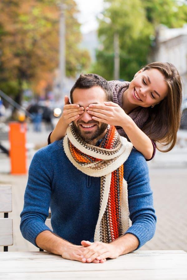 Uomo e tè o caffè bevente della donna Picnic Bevanda calda in tempo fresco Le coppie felici con le tazze di caffè in autunno parc immagini stock libere da diritti