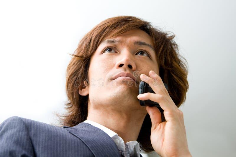 Uomo e telefono asiatici di affari fotografie stock libere da diritti