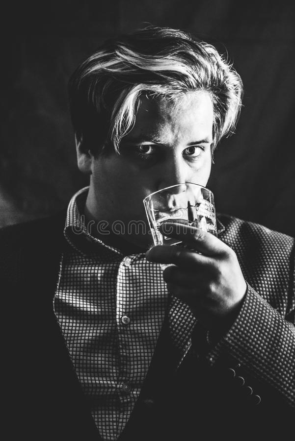 Uomo e whiskey immagine stock