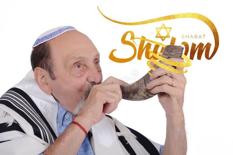 Uomo ebreo di Eldery che soffia il corno dello Shofar per Rosh Hashanah immagini stock