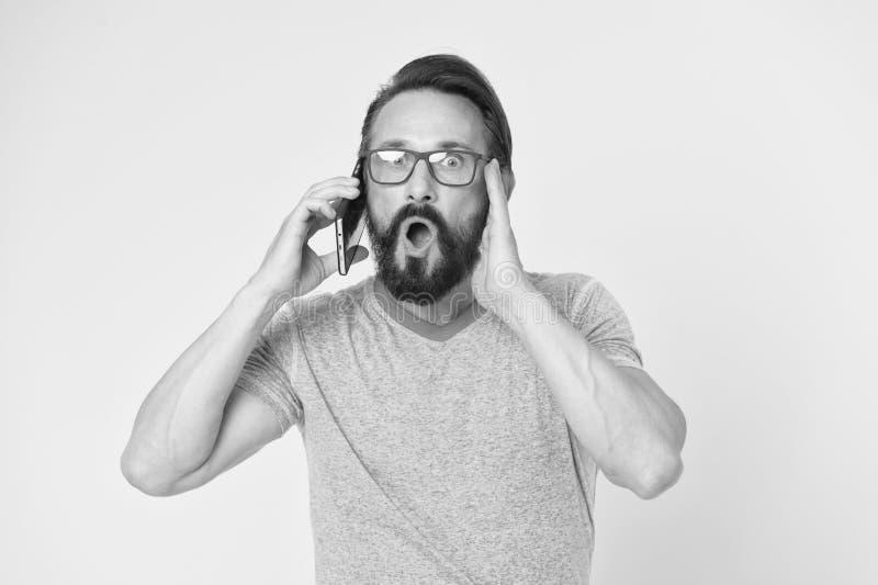 Uomo eccitato circa le opportunit? del telefono cellulare Smartphone allegro di uso dei pantaloni a vita bassa Utente felice dell fotografia stock libera da diritti