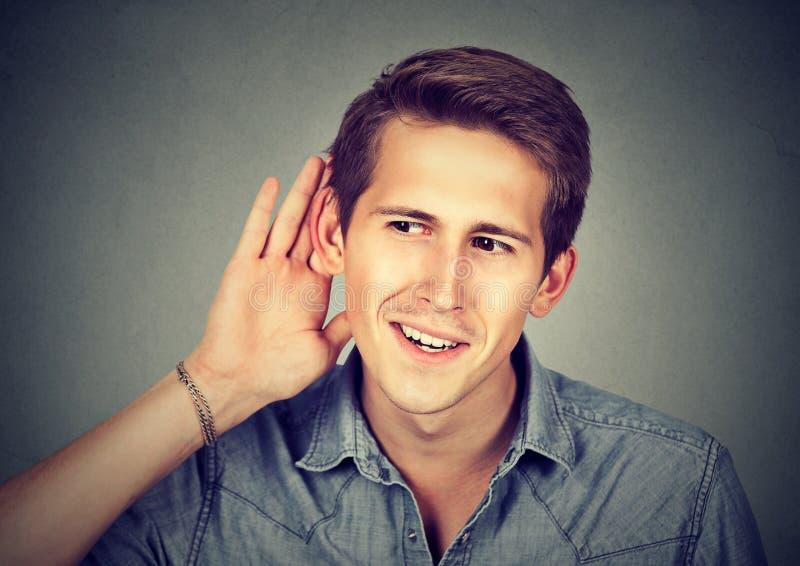 Uomo eccitato con ascoltare il gossip fotografia stock libera da diritti