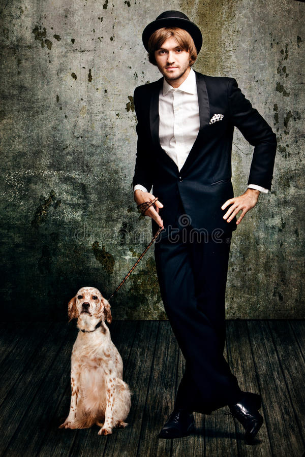 Uomo ed il suo cane fotografia stock libera da diritti