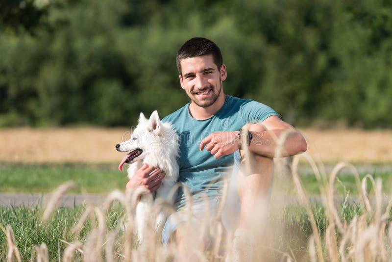 Uomo ed il suo cane immagine stock libera da diritti
