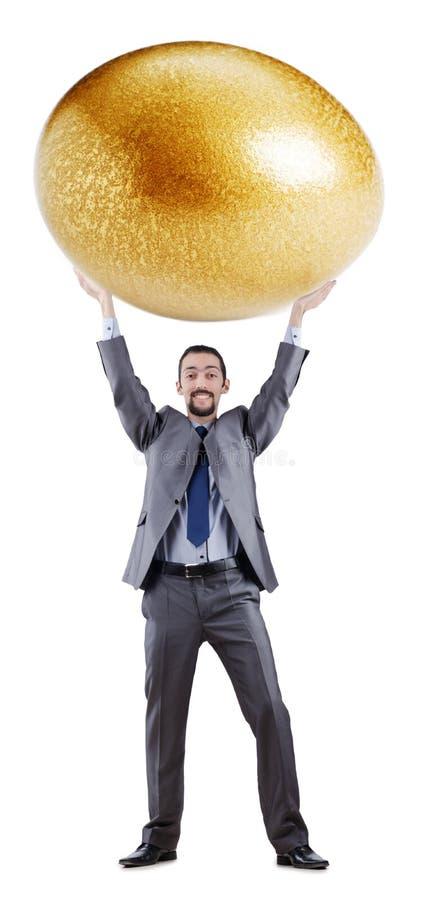 Uomo ed uovo dorato fotografia stock
