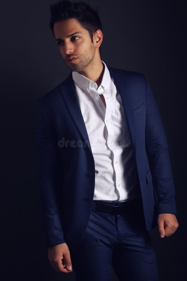 Uomo elegante che indossa un vestito blu immagini stock