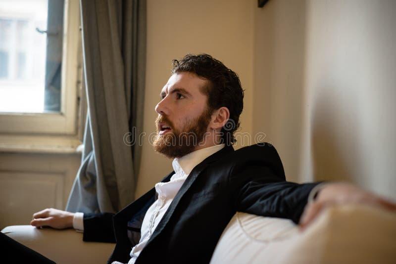Uomo elegante dei pantaloni a vita bassa bei fotografia stock libera da diritti