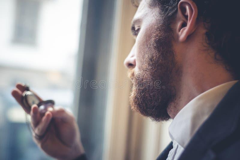 Uomo elegante dei pantaloni a vita bassa bei con l'orologio da tasca fotografia stock libera da diritti