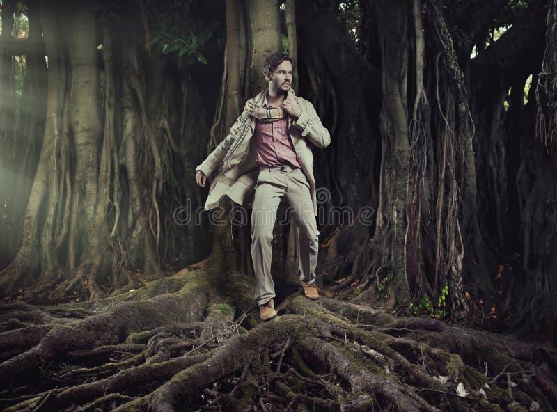 Uomo elegante sul fondo della natura fotografie stock libere da diritti