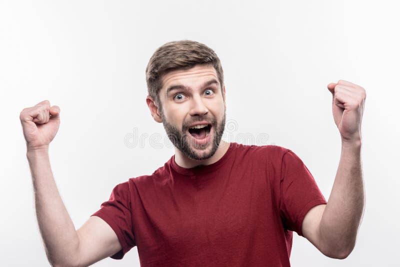 Uomo emozionale moro che ritiene estremamente sorpreso dopo gli eventi inattesi fotografia stock libera da diritti