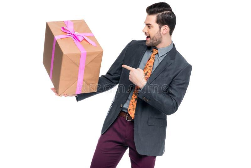 uomo emozionante bello che indica al contenitore di regalo, immagini stock libere da diritti