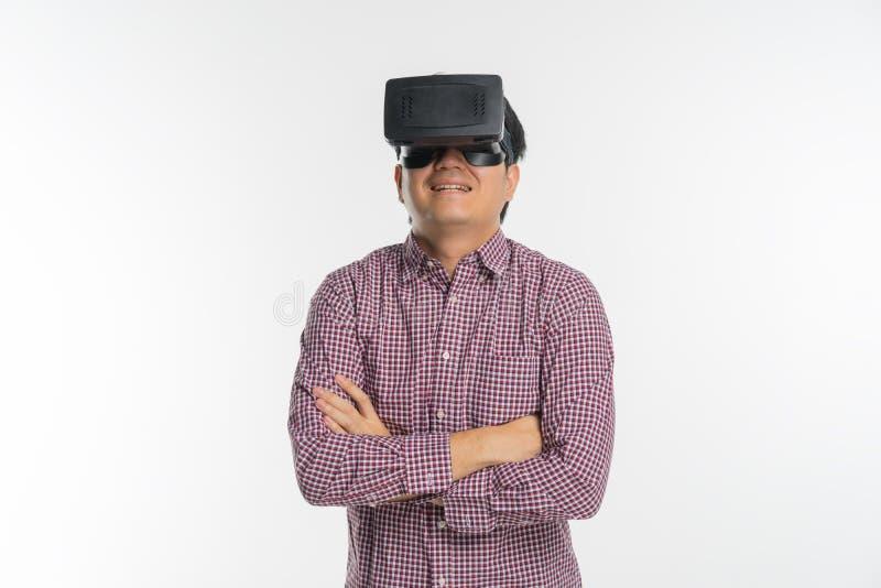 Uomo emozionante che avverte realtà virtuale tramite cuffia avricolare di VR fotografia stock libera da diritti