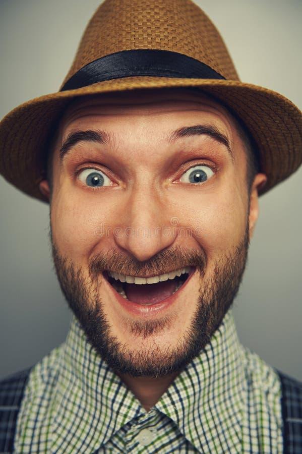 Uomo emozionante dei pantaloni a vita bassa in cappello di paglia fotografia stock libera da diritti