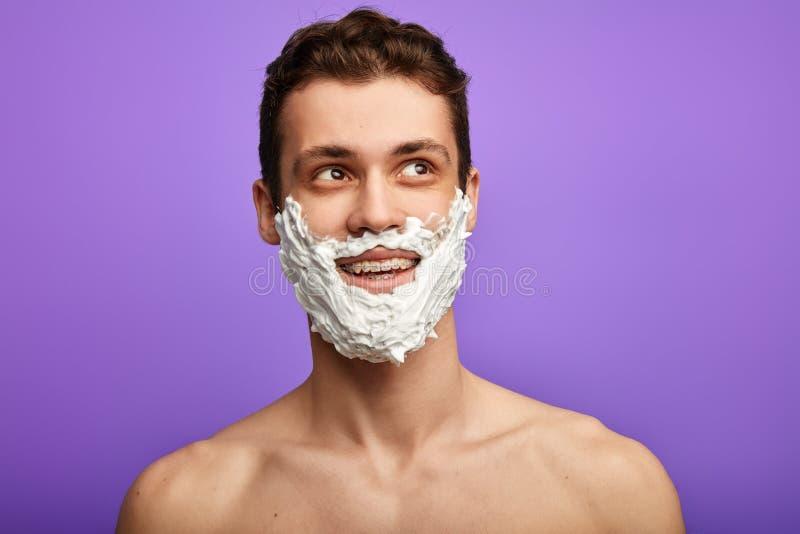 Uomo emozionante sorridente positivo con cercare della barba bianca immagine stock libera da diritti