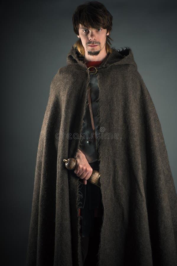 Uomo errante in capo di lana con una spada immagine stock libera da diritti