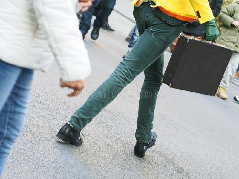 Uomo Esagerato Che Cammina Con Una Cartella Fotografia Stock Libera da Diritti