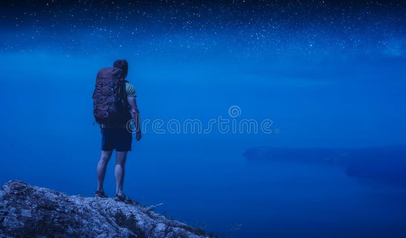 Uomo escursionista sotto il cielo stellato immagine stock