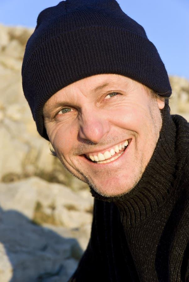 Uomo esterno sorridente felice fotografie stock libere da diritti