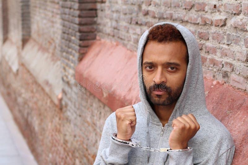 Uomo etnico ammanettato arrestato vicino su fotografia stock libera da diritti
