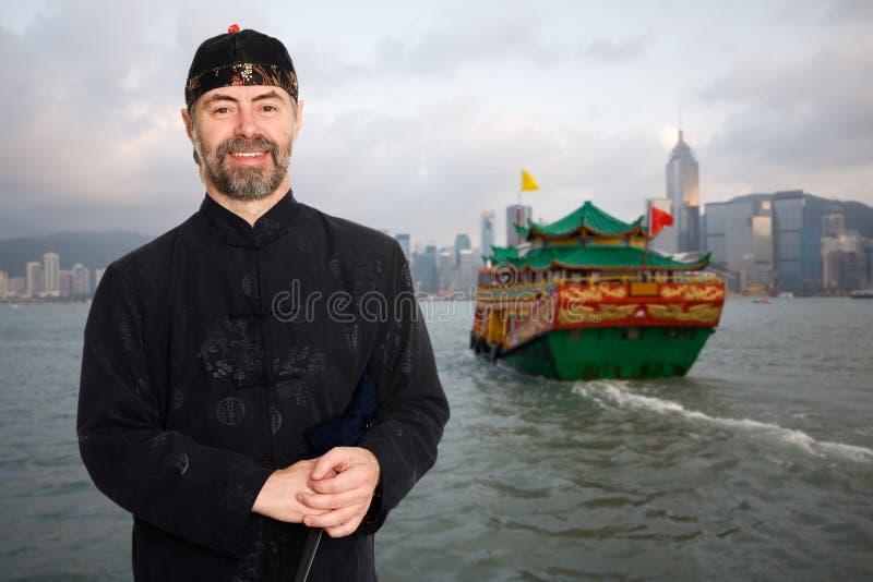 Uomo europeo in cinese il costume del cinese tradizionale in Hong Kong immagine stock libera da diritti