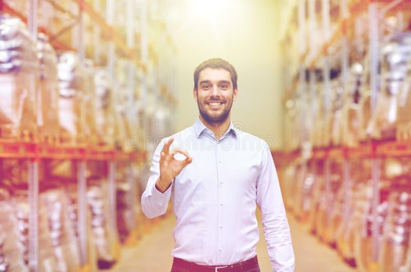 Uomo felice al magazzino che mostra gesto giusto fotografie stock