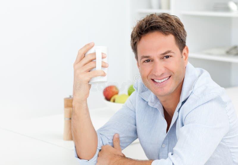 Uomo felice che gode del suo caffè durante una pausa immagini stock libere da diritti