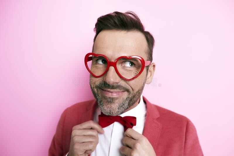 Uomo felice che indossa i vetri divertenti fotografia stock