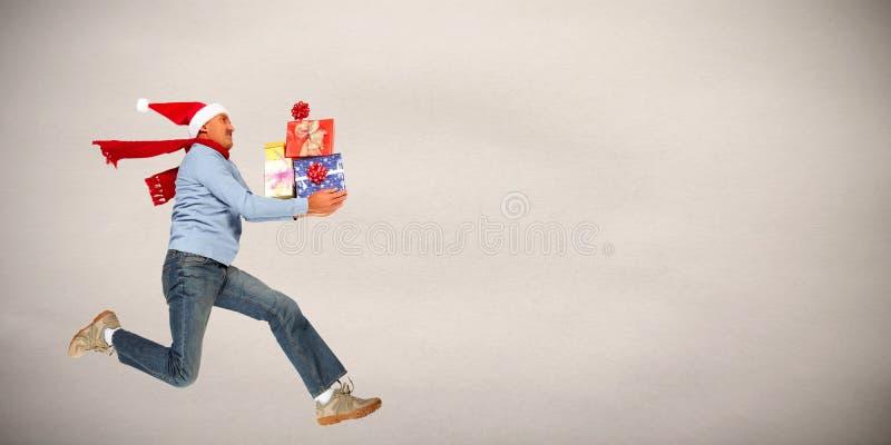 Uomo felice con i regali fotografie stock