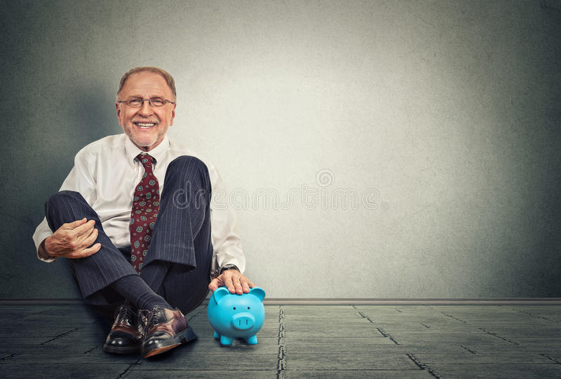 Uomo felice con il porcellino salvadanaio immagine stock libera da diritti