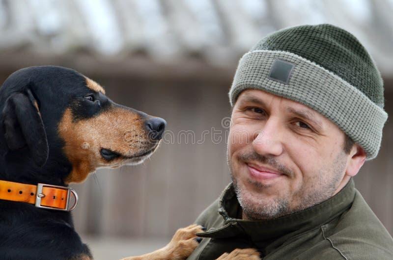 Uomo felice con il suo cane fotografie stock libere da diritti