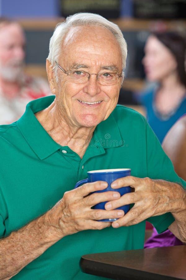 Uomo felice con la tazza fotografia stock libera da diritti