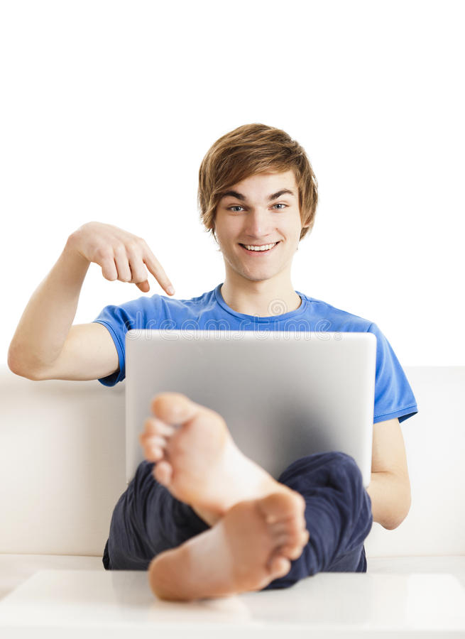 Uomo felice con un computer portatile fotografia stock libera da diritti