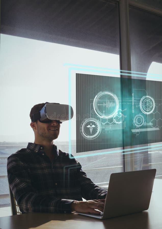 Uomo felice in cuffia avricolare di VR che esamina interfaccia immagine stock