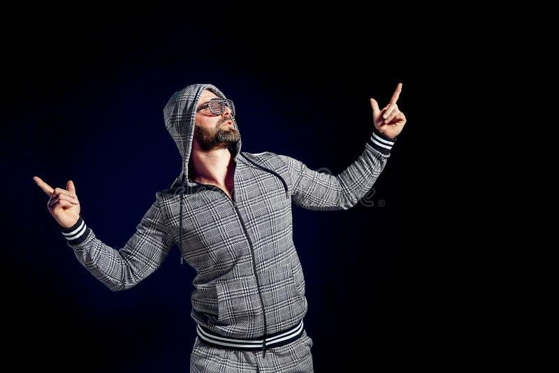 Uomo felice d'avanguardia in vestito ed occhiali da sole alla moda di sport fotografie stock