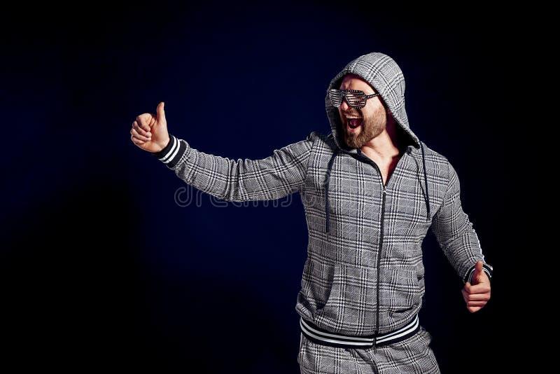 Uomo felice d'avanguardia in vestito ed occhiali da sole alla moda di sport fotografia stock libera da diritti