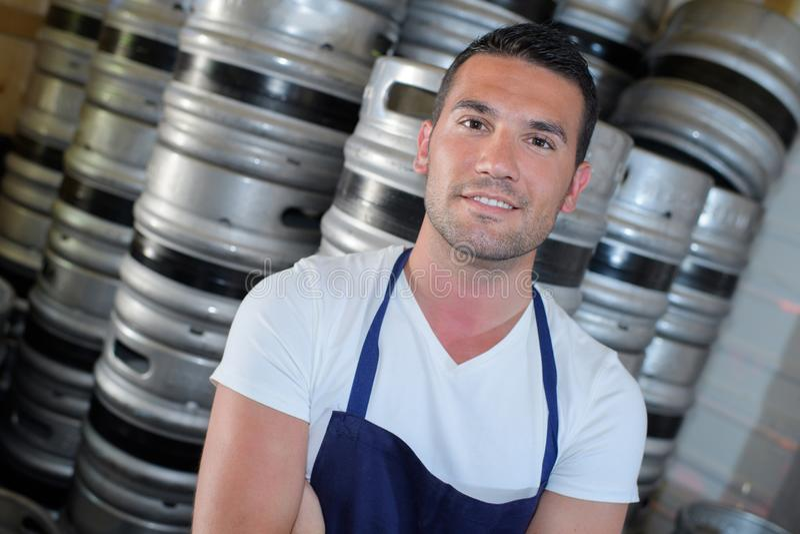 Uomo felice del fabbricante di birra del ritratto fotografie stock libere da diritti